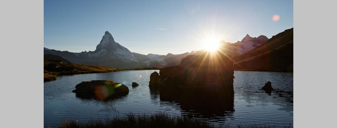 Romantique: coucher de soleil sur le lac de Zermatt Stellisee.