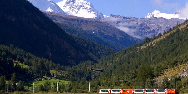 Wandern mit Blick auf die Bahnstrecke der Matterhorn Gotthard Bahn