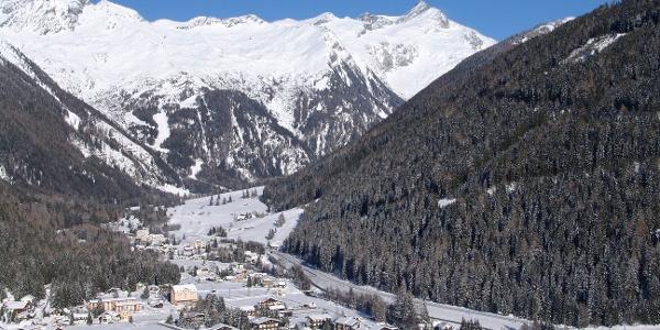 Blick über Mallnitz ins Seebachtal. Auf den freien Wiesen in Bildmitte ist der Winterwanderweg zu erkennen.