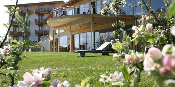 RETTER Bio-Natur-Resort, Aussenansicht mit Frühlingsblüte