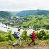 Moselschleife Kröv: Blick vom Steffensberg auf die Moselschleife bei Kröv mit dem Traben-Trarbacher Stadtteil Wolf und der Ruine des Wolfer Klosters