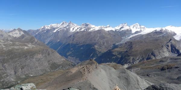 Vue de la cabane sur les montagnes environnantes et le village