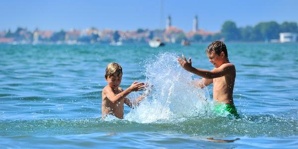 Landkreis Lindau_im Wasser spritzende Kinder