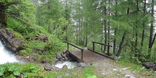 Brückerl über den Wasserfall mit angenehmer Gischt