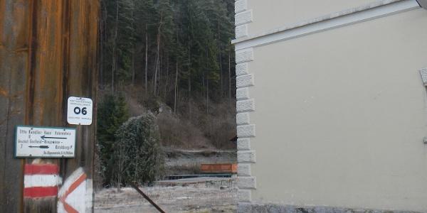 Beginn des Emil Zöchling Wegs am ehemaligen Bahnhof in Türnitz