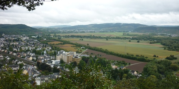 View from the Ehranger Kanzel over the wide valley floor around Trier with Ehrang (in the foreground) and Schweich (in the background)