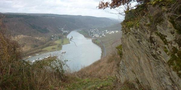 Rocky cliffs line the path from Starkenburg to Enkirch: View of the Enkirch weir
