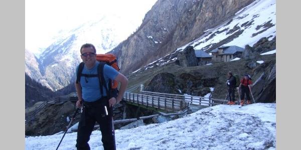 Hüttenzustieg teils Ski tragend