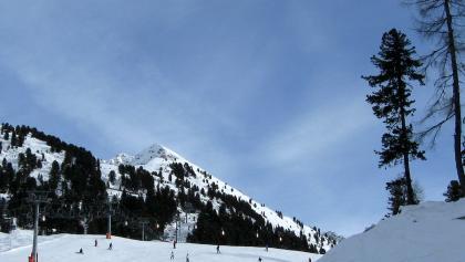 Das unscheinbare Gipfelziel hoch über dem Schigebiet von Hochötz