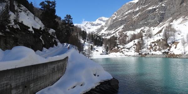 Sur le chemin de randonnée hivernale, direction Stafel, en passant par le bassin de rétention de Zmutt.