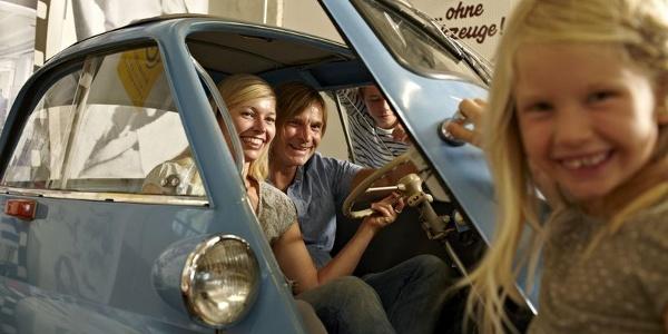Familie in der Auto & Uhrenwelt Schramberg