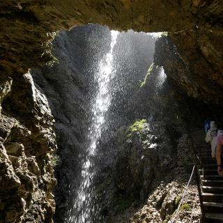 Immer wieder sehen wir kleine Wasserfälle, Felsbrocken, die vom Wasser umtost werden.