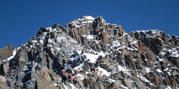 Blick auf den Gipfelgrat vom Skidepot.