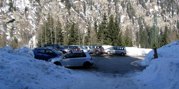 Der kleine Parkplatz am Beginn der Rodelbahn im Weiler Kreut.