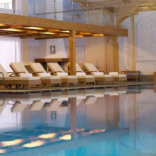 Spa im Hotel Mont Cervin Palace: Ein Hallenbad mit Innen- und Aussenbereich steht zur Verfügung.