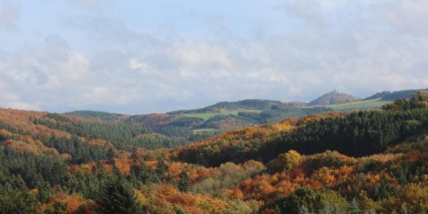 Blick im Herbst vom Aussichtspunkt Hömmerich auf die Nürburg