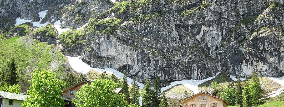 Tutzinger Hütte von Norden mit Benediktenwand