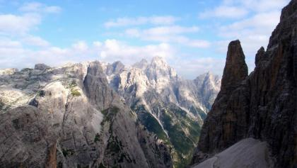 Wegspuren am Schutt, Blick zur Dreischusterspitze