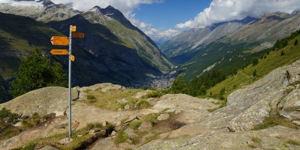 Au croisement pour le jardin des glaciers, avec vue sur le vallée