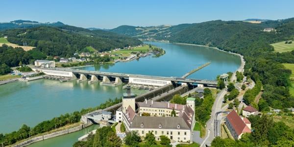 Schloss Persenbeug und Donaukraftwerk Ybbs-Persenbeug